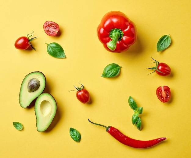 黄色の背景、上面図にさまざまな新鮮な生野菜のフラットレイ構成
