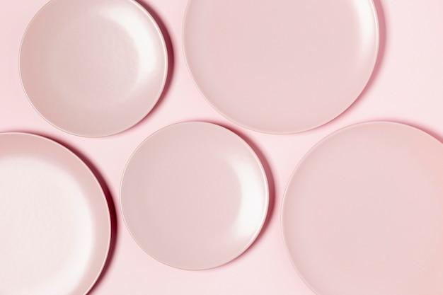 Composizione piatta di piatti rosa
