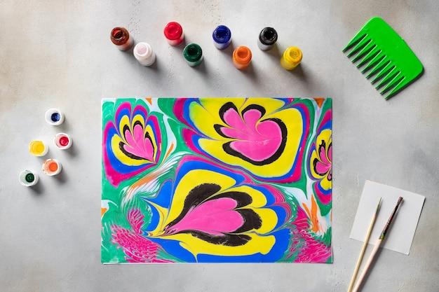 テーブルの上の抽象的な描画とツールを使用したフラットレイ構成