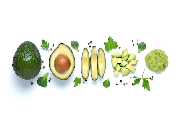 Плоская композиция с авокадо в разных форматах, изолированные на белом фоне.