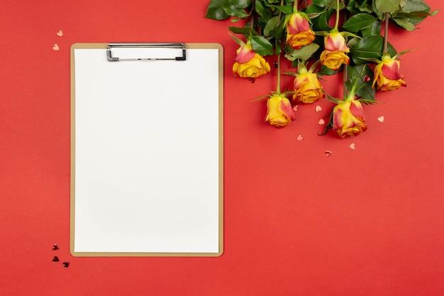클립 보드, 하트, 빨간색 장미와 평면 위치 구성