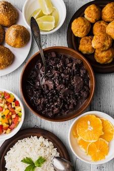 맛있는 브라질 음식으로 평평한 평신도 구성