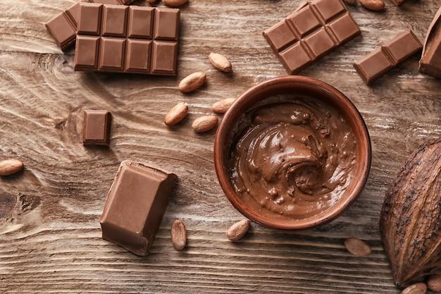 木製の背景においしいチョコレートとフラットレイ構成