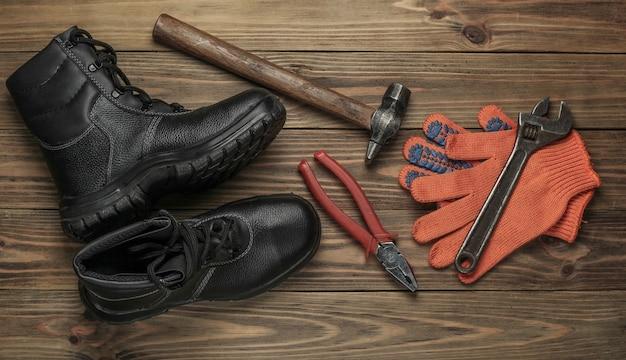 다른 산업 작업 도구와 악기, 나무 배경에 안전 장비와 평면 위치 구성. 평면도