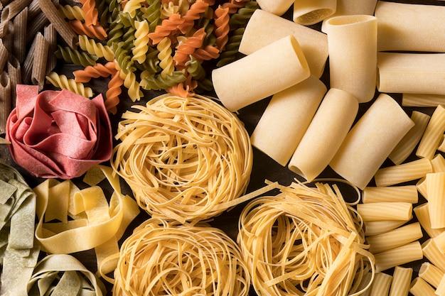 Плоская композиция с различными макаронами
