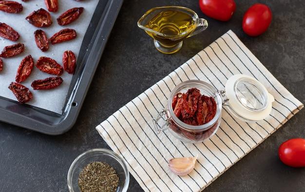 ドライトマトスパイスとオリーブオイルの地中海料理を使ったフラットレイコンポジション