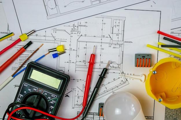 家の計画に電気技師のツールを使用したフラットレイ構成。テキスト用のスペース。セレクティブフォーカス。