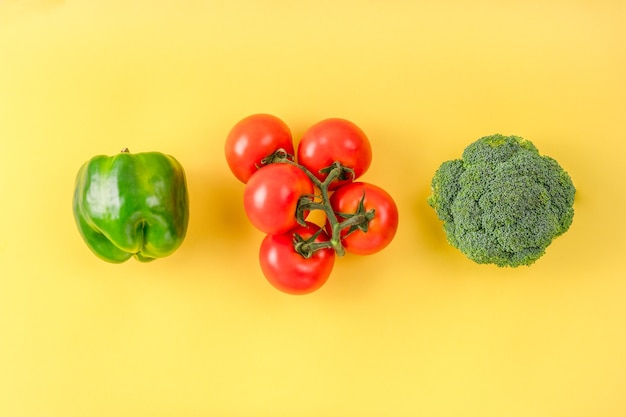 Плоская композиция со свежими фруктами и овощами на цвете