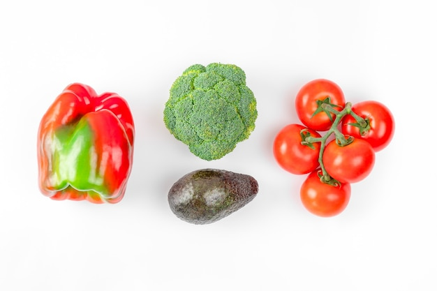 白地に新鮮な果物と野菜を使ったフラットレイ構成