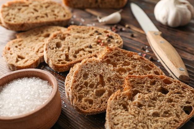 Плоская композиция с свежеиспеченным хлебом на деревянном пространстве, крупным планом и местом для текста