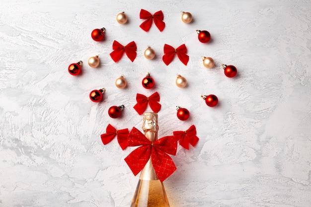 金シャンパンボトルとクリスマスボールのフラット横たわっていた構成