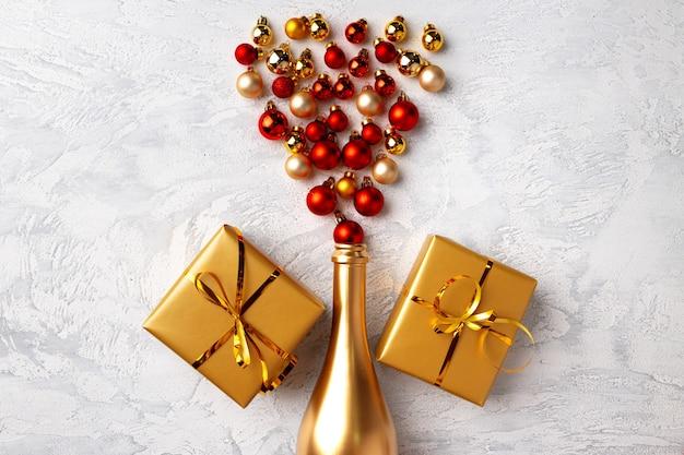 골드 샴페인 병 및 크리스마스 공 평면 위치 구성