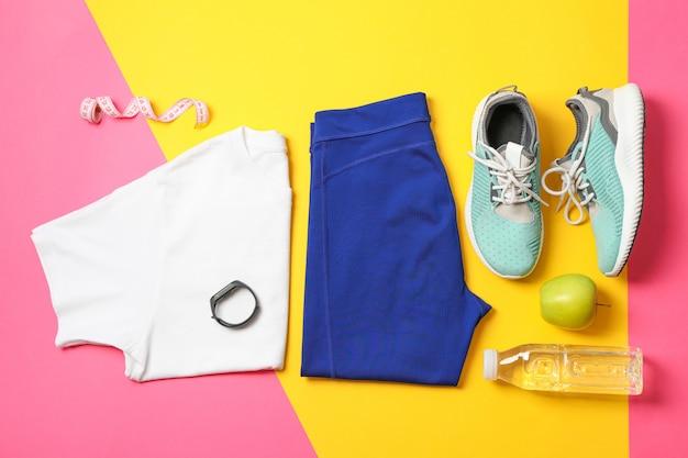 Плоская композиция с аксессуарами для здорового образа жизни на цветном фоне
