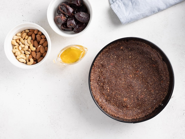 Композиция плоской формы с ингредиентами для приготовления веганского свекольного торта