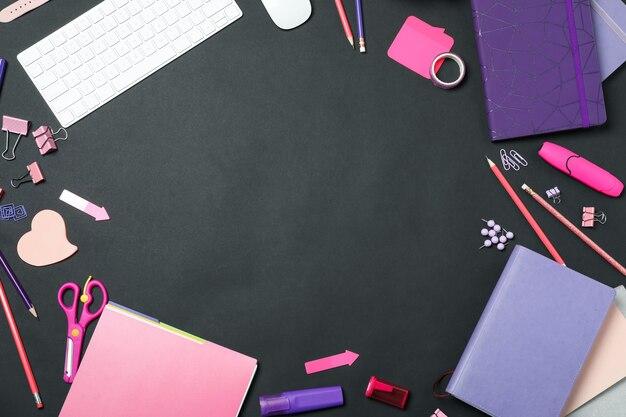 Плоская композиция с клавиатурой и канцелярскими принадлежностями на черном фоне, место для текста. рабочее место дизайнера
