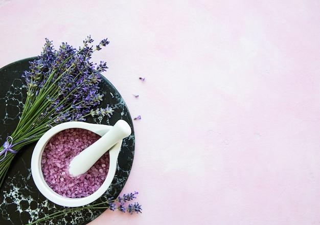 Плоская композиция с цветами лаванды и натуральным косметическим фоном