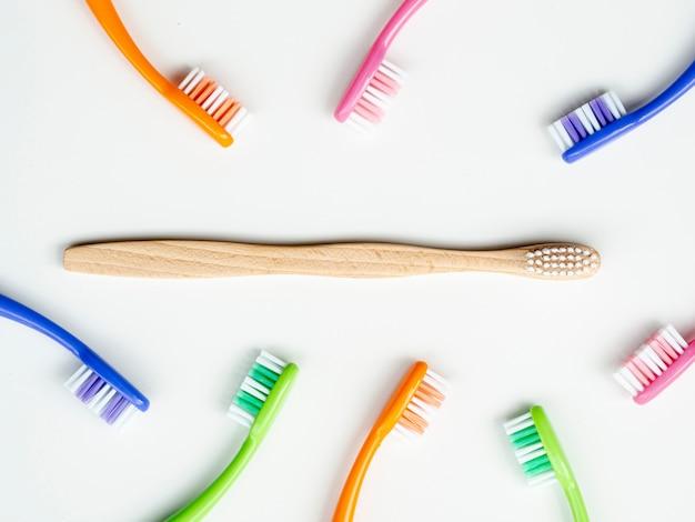 Плоская композиция с ручными зубными щетками на фоне
