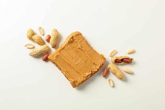 Плоская композиция с арахисовым маслом и арахисом, место для текста