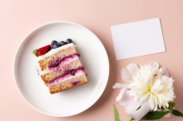 スライスブルーベリーケーキ牡丹の花と空白のカードとフラットレイ構成