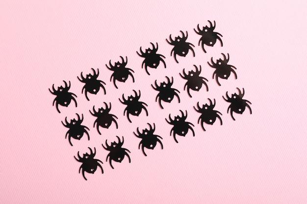 Плоская композиция с пауками на розовом фоне
