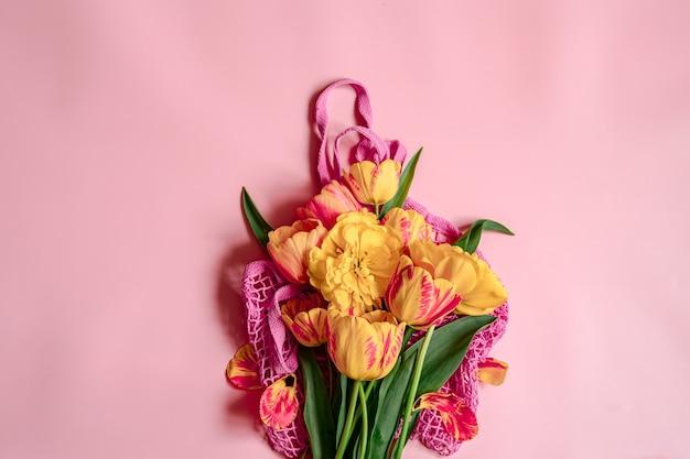 Плоская композиция с весенними цветами на копировальном пространстве авоськи.