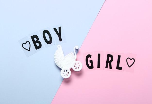 장난감 유모차와 밝은 파란색과 분홍색 배경 배경에 단어 소년 소녀 플랫 누워 구성.