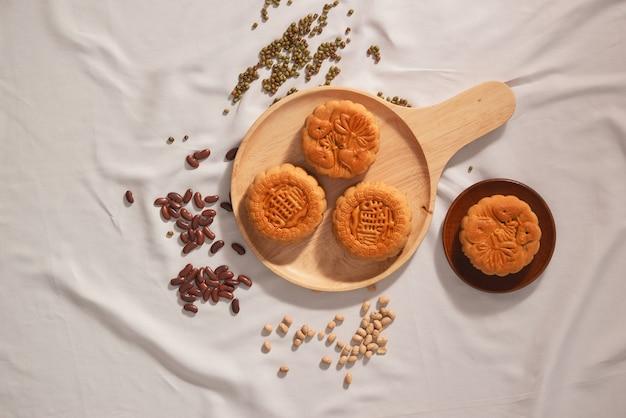 中秋節の食べ物の月餅をコンセプトにしたフラットレイ。ケーキのテキストは幸福を意味します。