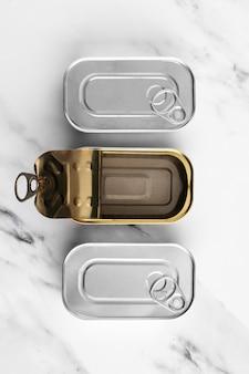 Conserve piatte sul bancone della cucina