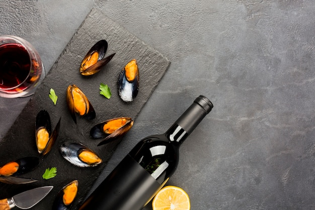 Flat-lay cooked mussels and wine with copyspace