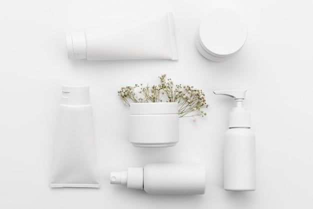 Piatto di laici concetto di cosmetici con copia spazio