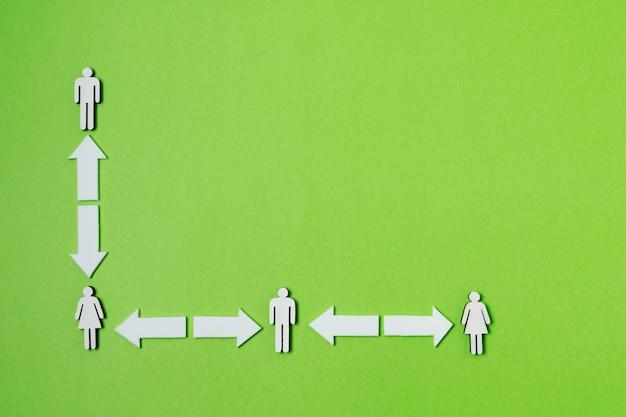 緑の背景を持つフラットレイcovidコンセプト