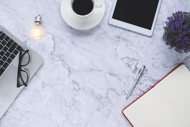 Плоские лежал творческий и дизайнерский фон с лампочкой и офисные инструменты