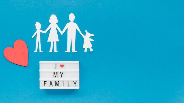 Disposizione creativa piana del concetto nucleo familiare con lo spazio della copia