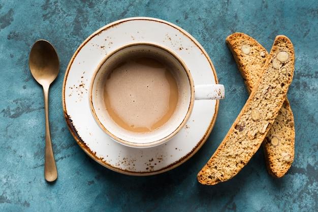 Плоская лежал чашка кофе на синем фоне