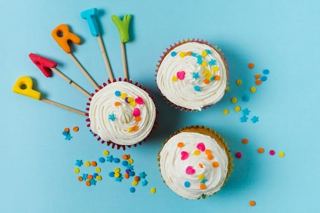 フラットレイアウトカップケーキとパーティーレタリング