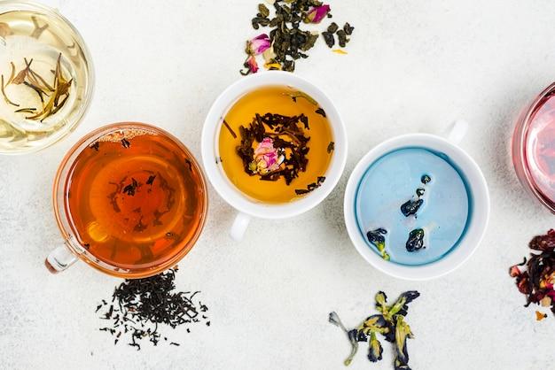 Tazze piatte con tè