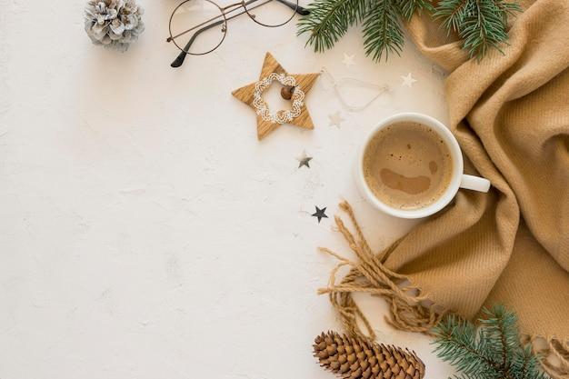 Плоская милая зимняя чашка кофе