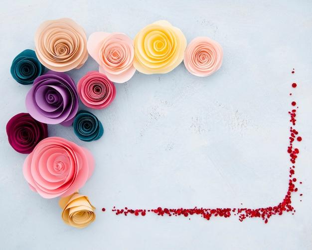 Плоская декоративная рамка с бумажными цветами