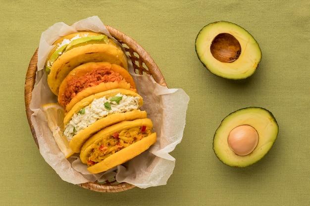 Piatto delizioso arepas e avocado