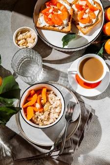 평평한 누워 맛있는 아침 식사 구색