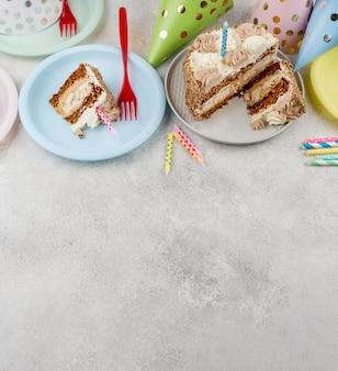 Плоский лежал вкусный торт на тарелках
