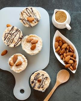 Piatto di laici deliziosi cupcake concetto