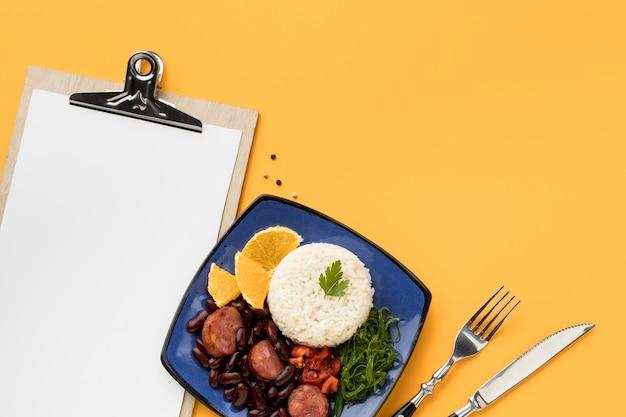 フラットレイおいしい食べ物とクリップボード
