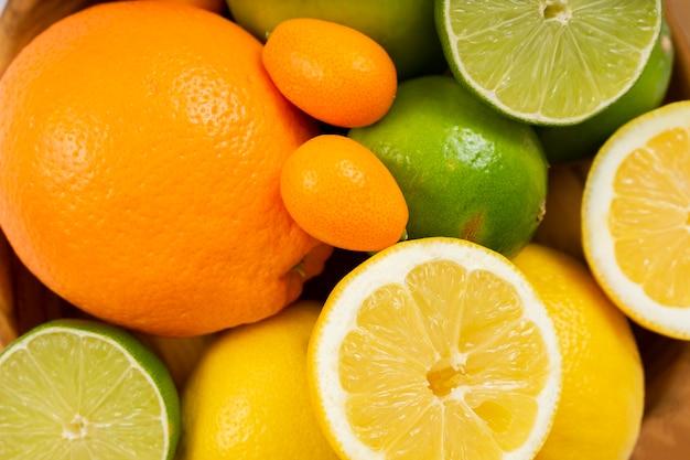 Disposizione di frutti deliziosi piatti