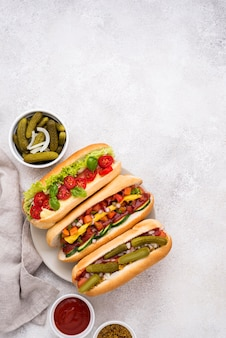 Piatto delizioso hot dog con verdure