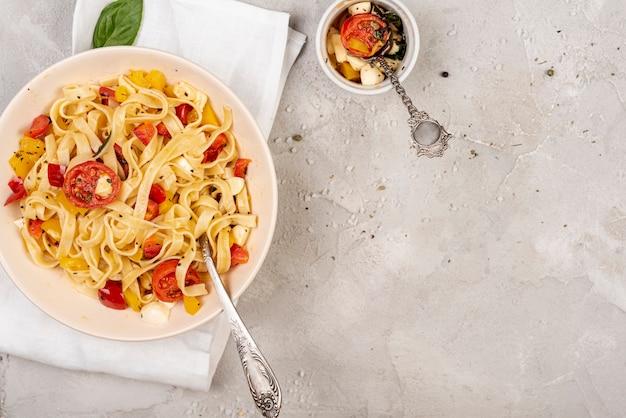 Disposizione piana di deliziosa pasta italiana con spazio di copia
