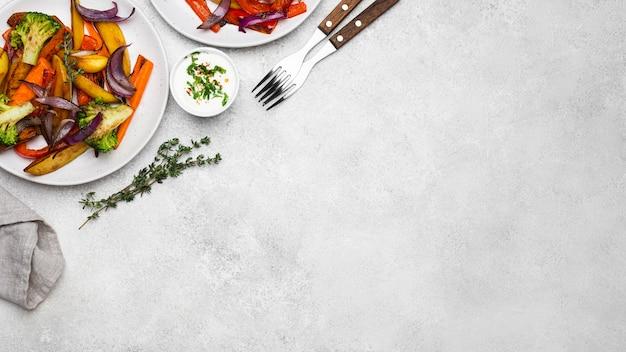 Плоский лежал вкусный местный ассортимент блюд с копией пространства