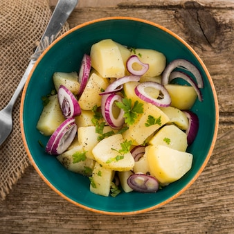 Плоско лежал вкусный картофельный салат
