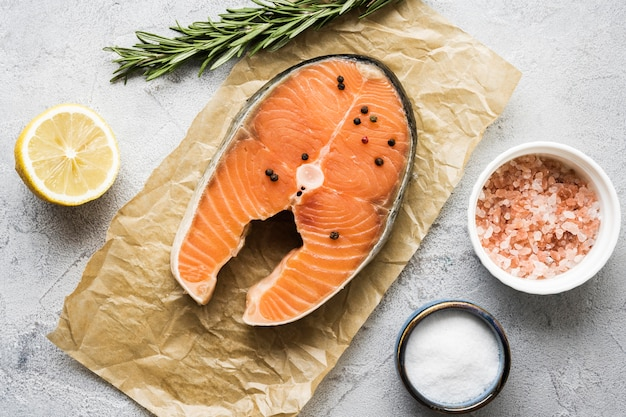 Плоская планировка вкусного лосося с зеленью