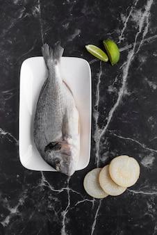 Плоская планировка вкусного ассортимента морепродуктов